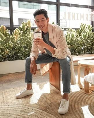 Come indossare e abbinare sneakers basse in pelle bianche: Per un outfit quotidiano pieno di carattere e personalità, abbina un impermeabile beige con jeans grigi. Perfeziona questo look con un paio di sneakers basse in pelle bianche.