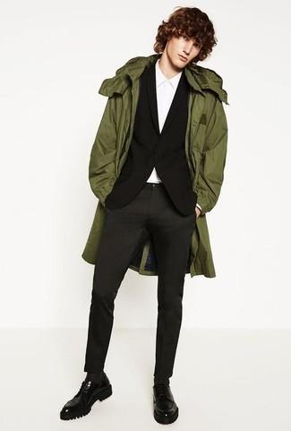 Come indossare e abbinare un blazer nero: Potresti indossare un blazer nero e chino grigio scuro se preferisci uno stile ordinato e alla moda. Opta per un paio di scarpe derby in pelle pesanti nere per mettere in mostra il tuo gusto per le scarpe di alta moda.