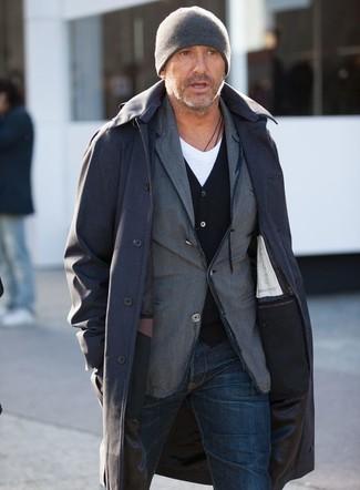 Come indossare e abbinare: impermeabile nero, blazer di cotone grigio, cardigan nero, t-shirt con scollo a v bianca
