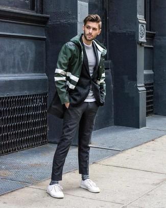 Come indossare e abbinare: impermeabile verde scuro, blazer di lana grigio scuro, maglione girocollo grigio, t-shirt girocollo bianca