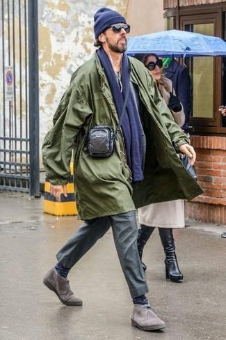 Come indossare e abbinare: impermeabile verde oliva, blazer di lana grigio, serafino verde oliva, pantaloni eleganti grigi