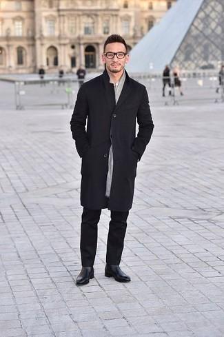 Come indossare e abbinare un impermeabile nero: Indossa un impermeabile nero con chino neri per un look spensierato e alla moda. Prova con un paio di stivali chelsea in pelle neri per un tocco virile.