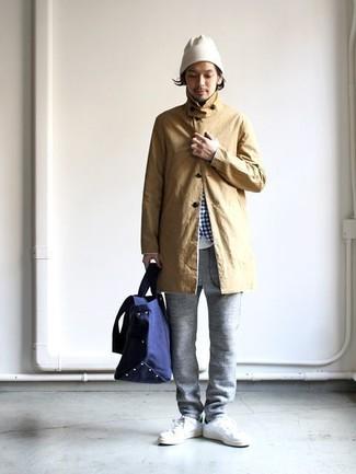 Come indossare e abbinare: impermeabile marrone chiaro, camicia a maniche lunghe a quadretti bianca e blu, t-shirt girocollo bianca, pantaloni sportivi grigi