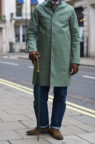 Come indossare e abbinare una cravatta marrone chiaro: Opta per un impermeabile verde menta e una cravatta marrone chiaro per un look elegante e di classe. Scegli un paio di chukka in pelle scamosciata marrone chiaro per un tocco più rilassato.