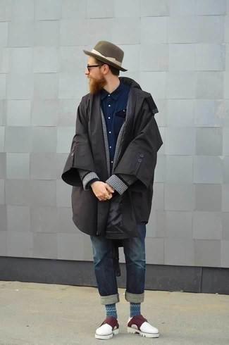 Come indossare e abbinare un impermeabile nero: Coniuga un impermeabile nero con jeans blu scuro per un outfit comodo ma studiato con cura. Scegli uno stile classico per le calzature e opta per un paio di scarpe double monk in pelle bordeaux.
