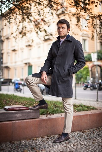 Come indossare e abbinare: impermeabile nero, cardigan con zip blu scuro, camicia elegante rosa, chino beige