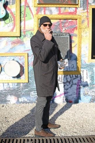 Come indossare e abbinare: impermeabile nero, chino grigio scuro, scarpe oxford in pelle scamosciata marroni, berretto nera
