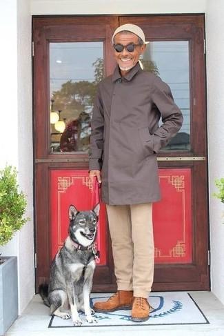 Come indossare e abbinare: impermeabile marrone scuro, chino beige, stivali da lavoro in pelle scamosciata terracotta, berretto beige