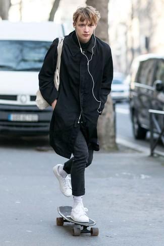 Come indossare e abbinare: impermeabile nero, dolcevita nero, pantaloni eleganti di lana grigio scuro, sneakers basse in pelle bianche