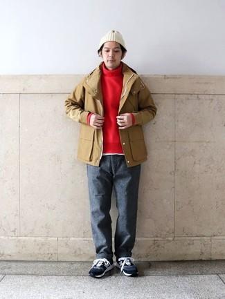 Come indossare e abbinare: impermeabile marrone chiaro, dolcevita rosso, t-shirt girocollo bianca, chino di lana grigio scuro