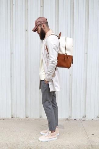 Come indossare e abbinare un berretto da baseball bordeaux: Per un outfit della massima comodità, abbina un impermeabile bianco con un berretto da baseball bordeaux. Mettiti un paio di sneakers basse in pelle rosa per mettere in mostra il tuo gusto per le scarpe di alta moda.