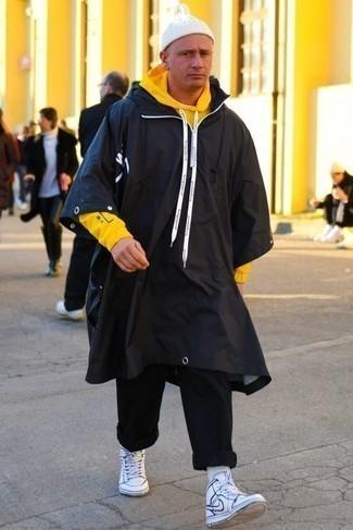 Come indossare e abbinare chino neri: Metti un impermeabile nero e chino neri per un outfit comodo ma studiato con cura. Per un look più rilassato, calza un paio di sneakers alte in pelle bianche e blu scuro.