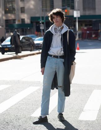 Come indossare e abbinare una bandana: Indossa un impermeabile blu scuro e una bandana per una sensazione di semplicità e spensieratezza. Un paio di mocassini eleganti in pelle neri darà un tocco di forza e virilità a ogni completo.