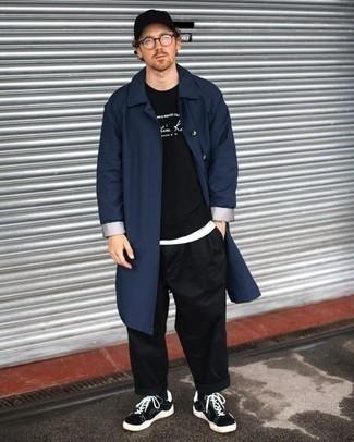 Come indossare e abbinare un impermeabile blu scuro: Potresti combinare un impermeabile blu scuro con chino neri per un fantastico look da sfoggiare nel weekend. Questo outfit si abbina perfettamente a un paio di sneakers basse di tela nere e bianche.
