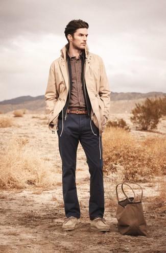 Trend da uomo 2020: Questa combinazione di un impermeabile marrone chiaro e chino grigio scuro è perfetta per il tempo libero. Ispirati all'eleganza di Luca Argentero e completa il tuo look con un paio di chukka in pelle scamosciata beige.