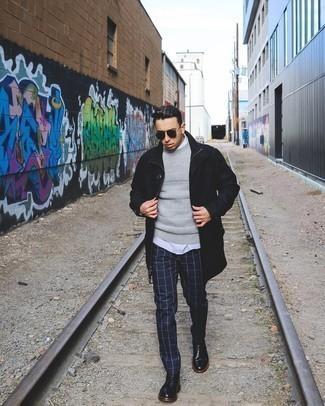 Come indossare e abbinare una camicia a maniche corte bianca: Potresti combinare una camicia a maniche corte bianca con chino a quadri blu scuro per un look raffinato per il tempo libero. Rifinisci il completo con un paio di stivali casual in pelle neri.