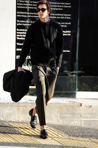 Come indossare e abbinare un maglione a trecce nero: Metti un maglione a trecce nero e pantaloni eleganti verde oliva per essere sofisticato e di classe. Mocassini eleganti in pelle neri sono una splendida scelta per completare il look.