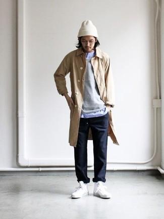Come indossare e abbinare: impermeabile marrone chiaro, maglione girocollo grigio, camicia a maniche lunghe azzurra, chino neri