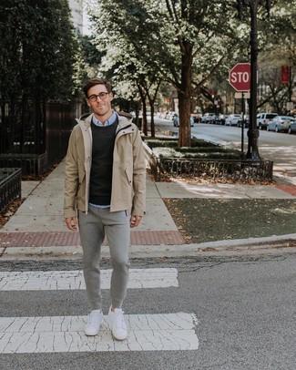 Come indossare e abbinare: impermeabile beige, maglione girocollo nero, camicia elegante azzurra, pantaloni sportivi grigi
