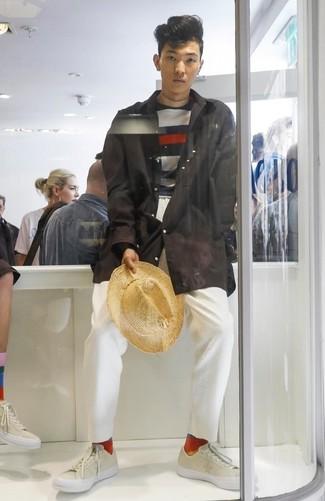 Come indossare e abbinare: impermeabile nero, maglione girocollo a righe orizzontali blu scuro e bianco, chino bianchi, sneakers basse in pelle beige