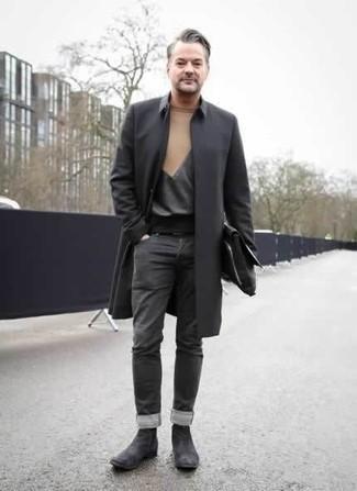 Come indossare e abbinare un impermeabile nero: Potresti abbinare un impermeabile nero con jeans grigio scuro per un look raffinato per il tempo libero. Ti senti creativo? Completa il tuo outfit con un paio di stivali chelsea in pelle scamosciata grigio scuro.
