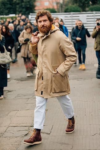 Come indossare e abbinare un dolcevita lavorato a maglia beige: Combina un dolcevita lavorato a maglia beige con chino bianchi per vestirti casual. Per un look più rilassato, prova con un paio di stivali da lavoro in pelle marroni.