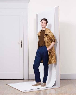 Come indossare e abbinare: impermeabile marrone chiaro, maglione girocollo marrone, pantaloni eleganti blu scuro, sneakers basse marroni
