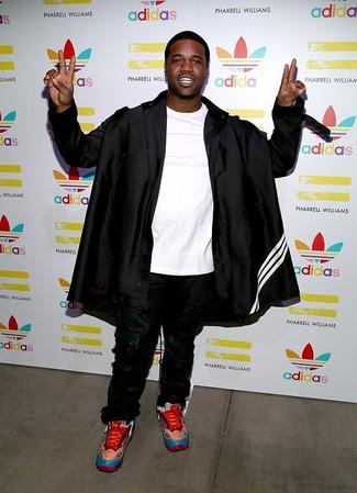Come indossare e abbinare: impermeabile nero, t-shirt girocollo bianca, pantaloni sportivi neri, scarpe sportive rosse