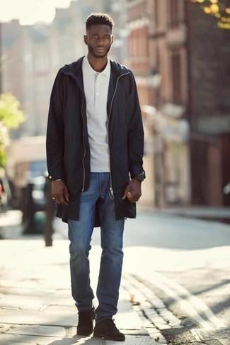 Come indossare e abbinare un impermeabile nero: Potresti indossare un impermeabile nero e jeans blu per un pranzo domenicale con gli amici. Impreziosisci il tuo outfit con un paio di chukka in pelle scamosciata marrone scuro.