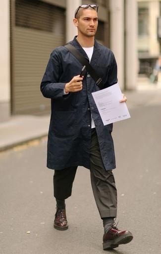 Come indossare e abbinare calzini grigio scuro: Potresti indossare un impermeabile blu scuro e calzini grigio scuro per una sensazione di semplicità e spensieratezza. Per le calzature, scegli lo stile classico con un paio di scarpe derby in pelle bordeaux.