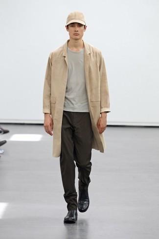 Trend da uomo 2020: Mostra il tuo stile in un impermeabile marrone chiaro con chino marrone scuro per un look trendy e alla mano. Prova con un paio di stivali chelsea in pelle neri per un tocco virile.