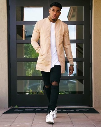 Come indossare e abbinare jeans aderenti strappati neri: Abbina un impermeabile marrone chiaro con jeans aderenti strappati neri per un look comfy-casual. Sfodera il gusto per le calzature di lusso e prova con un paio di sneakers basse in pelle bianche.