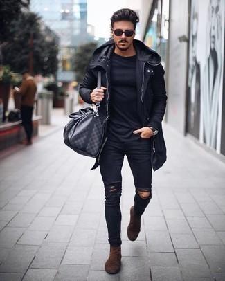 Come indossare e abbinare un impermeabile nero: Per un outfit della massima comodità, indossa un impermeabile nero con jeans aderenti strappati neri. Prova con un paio di stivali chelsea in pelle scamosciata marroni per mettere in mostra il tuo gusto per le scarpe di alta moda.