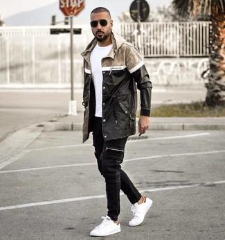 Come indossare e abbinare: impermeabile nero, t-shirt girocollo bianca, jeans neri, sneakers basse in pelle bianche