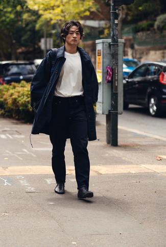 Come indossare e abbinare un impermeabile blu scuro: Abbina un impermeabile blu scuro con jeans blu scuro per un look semplice, da indossare ogni giorno. Mettiti un paio di stivali casual in pelle neri per un tocco virile.