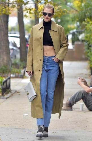 Come indossare e abbinare: impermeabile marrone chiaro, top corto nero, jeans azzurri, stivaletti in pelle scamosciata grigi