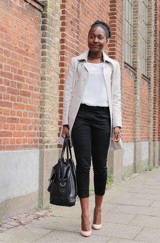 Scegli un outfit composto da un impermeabile beige e un borsone per affrontare con facilità la tua giornata. Décolleté in pelle rosa impreziosiranno all'istante anche il look più trasandato.