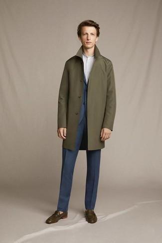 Trend da uomo 2020: Opta per un impermeabile verde oliva e un abito blu scuro come un vero gentiluomo. Opta per un paio di mocassini eleganti in pelle verde oliva per mettere in mostra il tuo gusto per le scarpe di alta moda.