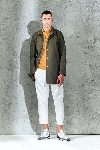 Trend da uomo 2020 quando fa caldo: Per un outfit quotidiano pieno di carattere e personalità, prova a combinare un impermeabile verde oliva con chino bianchi. Scarpe sportive bianche e blu scuro renderanno il tuo look davvero alla moda.