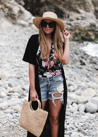 Come indossare e abbinare: kimono nero, costume da bagno a fiori nero, pantaloncini di jeans strappati azzurri, borsa shopping di paglia marrone chiaro