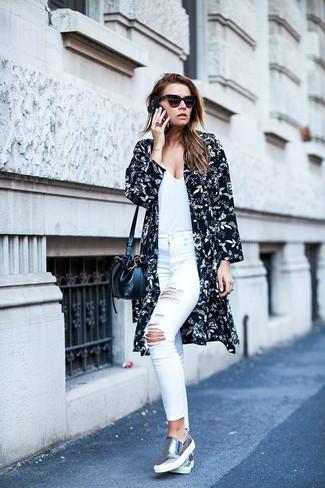 Come indossare e abbinare jeans aderenti strappati bianchi: Potresti indossare un kimono a fiori nero e bianco e jeans aderenti strappati bianchi per un look spensierato e alla moda. Completa questo look con un paio di sneakers senza lacci in pelle argento.