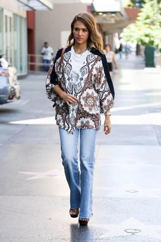 Come indossare: kimono stampato bianco, t-shirt girocollo bianca, jeans a campana azzurri, sandali con tacco in pelle pesanti marroni