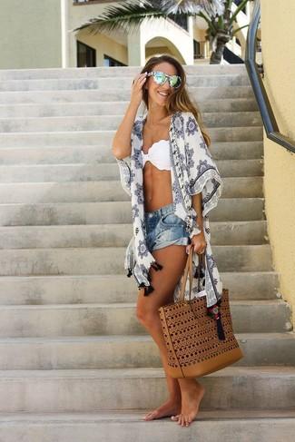 Come indossare: kimono stampato bianco, top bikini bianco, pantaloncini di jeans blu, borsa shopping in pelle terracotta