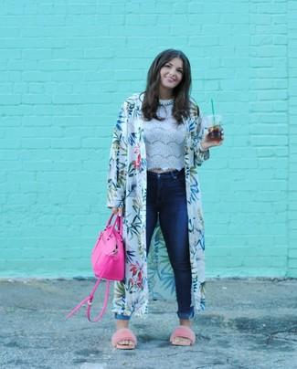 Come indossare e abbinare: kimono stampato bianco, top corto di pizzo bianco, jeans aderenti blu scuro, sandali piatti di pelliccia rosa