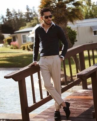 Trend da uomo 2021: Indossa una maglia  a polo grigio scuro con chino beige per essere elegante ma non troppo formale. Sfodera il gusto per le calzature di lusso e prova con un paio di mocassini eleganti in pelle scamosciata neri.