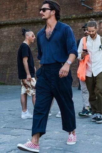 Trend da uomo 2021: Combina una maglia  a polo blu scuro con chino blu scuro per un abbigliamento elegante ma casual. Se non vuoi essere troppo formale, indossa un paio di sneakers basse di tela a quadri bianche e rosse.