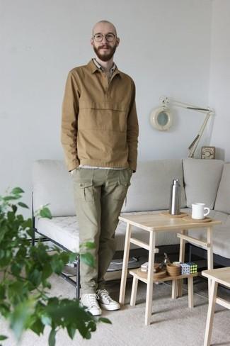 Trend da uomo 2020: Vestiti con una maglia  a polo marrone chiaro e pantaloni cargo verde oliva per creare un look smart casual. Se non vuoi essere troppo formale, mettiti un paio di sneakers alte di tela beige.