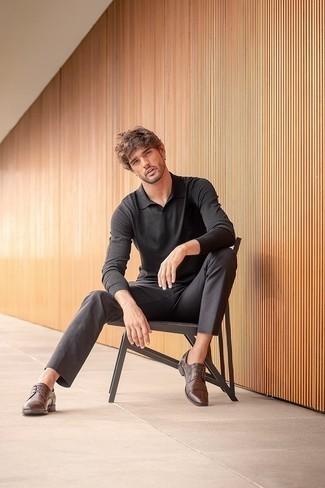Trend da uomo 2020: Vestiti con una maglia  a polo nera e chino grigio scuro se cerchi uno stile ordinato e alla moda. Scegli uno stile classico per le calzature e scegli un paio di scarpe derby in pelle marrone scuro.