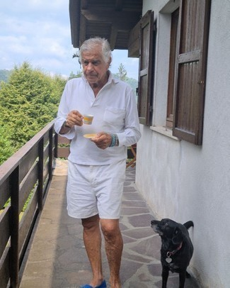 Moda uomo anni 60: Coniuga una maglia  a polo bianca con pantaloncini bianchi per un look da sfoggiare sul lavoro. Sfodera il gusto per le calzature di lusso e scegli un paio di mocassini eleganti di tela blu.