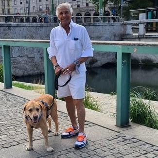Moda uomo anni 60: Coniuga una maglia  a polo bianca con pantaloncini bianchi per un abbigliamento elegante ma casual. Scarpe sportive bianche e blu scuro creeranno un piacevole contrasto con il resto del look.